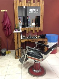 Uadson do Pallets Barber Shop Names, Barber Shop Decor, Home Hair Salons, Home Salon, Salon Interior Design, Salon Design, Rustic Salon, Barber Equipment, Salon Stations