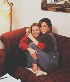 Lisa Kudrow and Jennifer Aniston on set. Lisa Kudrow and Jennifer Aniston on set. Friends Tv Show, Serie Friends, Friends Cast, Friends Moments, Friends Forever, Best Friends, Rachel Friends, Funny Friends, Friend Memes