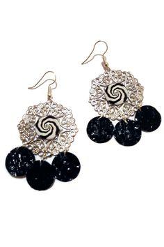 Boucles d'Oreilles Pendantes Argentées Cabochons Tourbillons Spirales - Breloques Nespresso - Noires Blanches : Boucles d'oreille par cap-and-pap