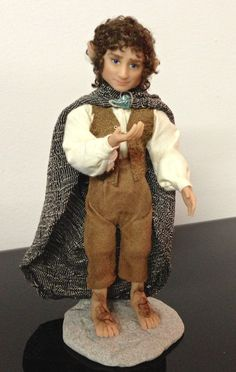 Frodo Baggins. Hand sculpted by Linda Berkemeier - commissions via etsy