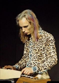 Brian Eno, soundscapes. Go to Youtube to research further - http://www.youtube.com/watch?v=DGnt0UgSpuk