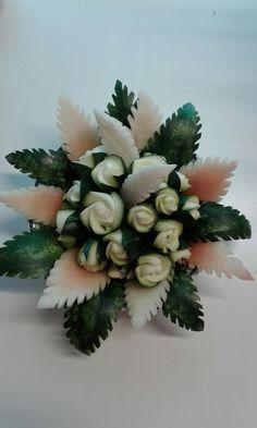 Rose di zucchina con foglie di anguria intagliate