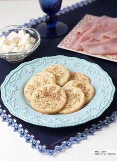 Receta de galletas saladas de sésamo y parmesano  http://www.directoalpaladar.com/recetas-de-aperitivos/receta-de-galletas-saladas-de-sesamo-y-parmesano
