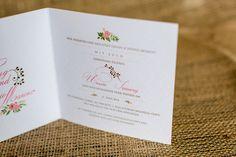 Die Hochzeitseinladungvon Denyse und Mario sollte ihren Gästen den Frühling nach Hause bringen. Alsohaben wir die passendeFloristikmitden passenden Farben kombiniert und die wichtigen Informationen typografisch in Szene gesetzt. Die passenden Umschläge gibt es natürlich auch und würden mit einem Juteband und Etiketten verziert. Nähere Details zu der Hochzeitspapeterie – Frühlings– Edition könnt ihr gerneper E-Mailanfragen.