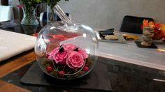 Ma composition floral. Une pomme en verre, quelques roses et mûres misent sur de l'oasis et recouvert  de mousse des bois.