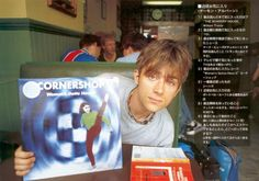 Imagen de Damon Albarn — Damon Albarn posing with a Cornershop record Damon Albarn, Things To Do With Boys, Boys Like, Uk Music, Indie Music, Going Blind, Jamie Hewlett, Blurred Lines, Skinny Guys