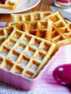 Az otthon ízei: Ropogós gofri vaníliás krémtúróval és meggyzselével Main Meals, Breakfast Recipes, Biscuits, Sandwiches, Sweets, Cookies, Baking, Food, Crack Crackers