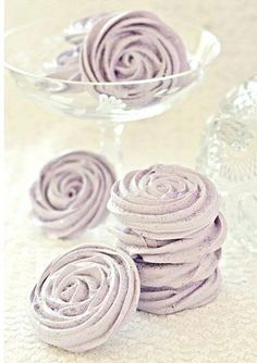 Macarons, cupcakes & cakepops move over.There is a new sweet trend on the block - meringue wedding treats! Meringue Pavlova, Meringue Desserts, Meringue Cookies, Meringue Kisses, Cupcakes, Cupcake Cookies, Culinary Lavender, Purple Candy, Think Food