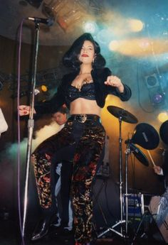 I love this outfit on her, and the short hair she's rocking. Selena Quintanilla Perez, Rachel Green, Grace Kelly, Kate Middleton, Selena And Chris, Selena Selena, Selena Bustier, Fashion Guys, 90s Fashion