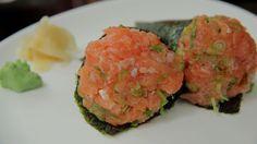 Curte temaki de salmão? Saiba que é possível preparar o prato em casa! Quem ensina a receita é o chef Sassá, do restaurante Sassá Sushi em São Paulo. Clique aqui para ver a receita no UOL Comidas e Bebidas.