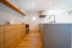 グレーのアイランドキッチンと、造作カップボードのコントラストがとてもきれいです。 Kitchen Cabinets, Home Decor, Decoration Home, Room Decor, Cabinets, Home Interior Design, Dressers, Home Decoration, Kitchen Cupboards