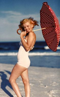 beach_marilyn_monroe_umbrellas_desktop_1057x1725_wallpaper-216563