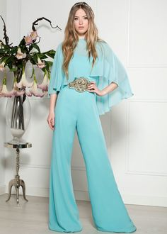 You can be the perfect guest with this mint jumpsuit! Casual Outfits, Fashion Outfits, Womens Fashion, Evening Dresses, Prom Dresses, Bridal Fashion Week, Jumpsuit Dress, Elegant Outfit, Casual Looks