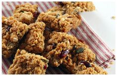 If you are looking for something healthy to snack on, you have stumbled upon a fantastically tasty recipe. These health squares are a treat. Digestive Biscuits, Dried Cranberries, Kitchen Recipes, Whole Food Recipes, Squares, Healthy Snacks, Healthy Living, Paleo, Low Carb