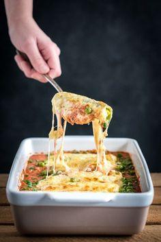 Cannelloni van prei is eenvoudig om te maken en heerlijk van smaak. Echte cannelloni maak je van rolletjes pasta gevuld met gehakt en kruiden. Wij vervangen de cannelloni van pasta door rolletjes van prei die we omwikkelen met kaas. Zo ontstaat er een koolhydraatbeperkte cannelloni met veel groente. Cannelloni heb ik voor het eerst in...Lees verder
