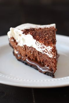 Oh my 😱 Chocolate Caramel French Silk Pie is the BEST PIE EVER! Easy Oreo cookie crust, hidden layer of thick homemade caramel, chocolate French silk filling, and whipped cream! Life doesn't get better 😍😋 Recipe in my bio 💕 Just Desserts, Delicious Desserts, French Desserts, French Food, Chocolates, Pie Recipes, Dessert Recipes, French Silk Pie, Good Pie
