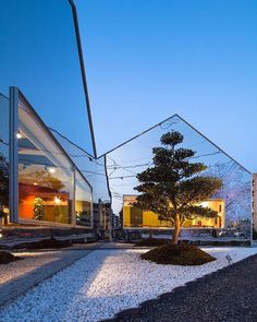 This #cafe in #Japan features exterior walls made of #mirrors to reflect the banks of cherry blossom trees planted in front of it. Design by #BanDesign \\\ Photo by #ShigetomoMizuno