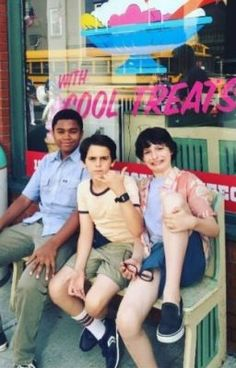 """Finn Wolfhard, Jack Dylan Grazer and Chosen Jacob behind the scenes of the """"IT"""" . - Finn Wolfhard, Jack Dylan Grazer and Chosen Jacob behind the scenes of the """"IT"""" movie - Tak Tak, It Movie 2017 Cast, It The Clown Movie, Jack Finn, Pennywise The Dancing Clown, Im A Loser, Good Movies, Actors & Actresses, Behind The Scenes"""