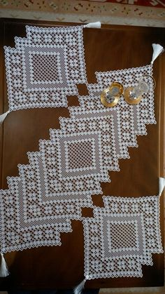 This Pin was discovered by Neb Diy Crochet Tablecloth, Crochet Placemat Patterns, Crochet Table Runner Pattern, Crotchet Patterns, Doily Patterns, Crochet Doilies, Diy Crafts New, Diy Crafts Crochet, Filet Crochet
