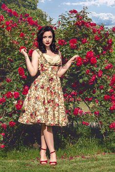 '50s jurkjes zijn mooi voor de vrouwen die niet zo'n grote bos hout hebben, maar dat wel willen. De kleuren zijn ook nog eens mooi lente-achtig en die rozenstruik maakt deze foto helemaal af