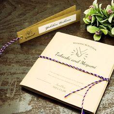 席次表【Hand in Hand 席次表】|クラフト紙を使用したあたたかみのある席次表です。 | トリコロール | トゥルーハートイズプット Wedding Book, Wedding Paper, Seating Charts, Lettering Design, Coffee Shop, Wedding Invitations, Wedding Inspiration, Bridal, Cards
