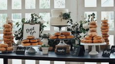 How about a donut bar for your wedding! food bar Unique Food Bars To Have At Your Wedding - Modern Wedding Doughnut Wedding Cake, Wedding Donuts, Wedding Desserts, Wedding Cakes, Dessert Bar Wedding, Popcorn Bar, Boda Vintage Ideas, Wedding Table Toppers, Idee Baby Shower