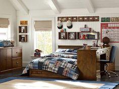 chambre ado garçon claire avec lambris mural blanc, mobilier en bois et literie patchwork