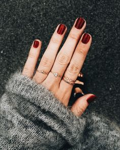 False nails have the advantage of offering a manicure worthy of the most advanced backstage and to hold longer than a simple nail polish. The problem is how to remove them without damaging your nails. Red Acrylic Nails, Red Nails, Hair And Nails, Burgundy Nails, Red Burgundy, Metallic Nails, Dark Red, Zierlicher Ring, Nail Ring