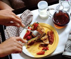 Cinnamon-Vanilla French Toast with Bacon. Easy meals to cook. Vanilla French Toast, Easy To Cook Meals, Healthy Meals, Healthy Chef, Egg Recipes For Breakfast, Tasty, Yummy Food, Cooking Recipes, Easy Recipes