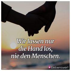 Wir lassen nur die Hand los, nie den Menschen. #trauer #trauerverse #kondolenz #trauersprüche Some Words, Quotations, Meditation, Lettering, Humor, How To Plan, Sayings, Quotes, Movie Posters