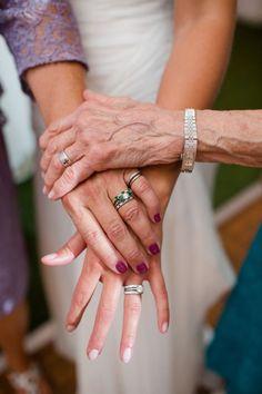 Fotos das Alianças. Inspirações: Gerações Uma foto com as alianças das mulheres da família é uma homenagem linda.