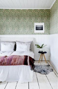 my scandinavian home: A dreamy, rural Swedish summer cottage Gravity Home, Cottage Interiors, Scandinavian Home, Home Decor Trends, Diy Bedroom Decor, Interior Design, Sweden, Warm Weather, Green Wallpaper