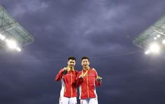 OLYMPICS-RIO-DIVING-M-SYNCPLATFORM 2016 Rio Olympics - Diving - Men's Synchronised 10m Platform Victory Ceremony - Maria Lenk Aquatics Centre - Rio de Janeiro, Brazill - 08/08/2016. Chen Aisen (CHN) and Lin Yue (CHN) of China pose with their gold medals. REUTERS/Dominic Ebenbichler