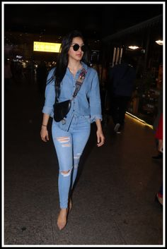 We Love Kiara Advani Denim-On-Denim Airport Look! Kiara was spotted at the airport rocking a modern day denim-on-denim look, as she returned to the bay. Celebrity Airport Style, Celebrity Casual Outfits, Celebrity Look, Casual Outfits Summer Classy, Cute College Outfits, Actress Bikini Images, Bollywood Outfits, Most Beautiful Bollywood Actress, Denim Outfit