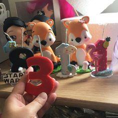 Tenho algumas velas a pronta entrega  essas de tras do numero 3... pq o 3 ja farei uma vela e foi vendida...