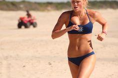 Mulher correndo na praia - motivação para emagrecer