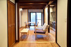 【京都市 株式会社 八清(ハチセ)様】 京町家をはじめとした中古住宅の再生販売を手がけられている「株式会社 八清(ハチセ)」様のオープンハウスへ、家具を納品させていただきました。  #無垢ソファ #オットマン #無垢 #京都 #日本製  #sofa #ottoman #japan #kyoto #北欧インテリア #おしゃれなインテリア #おしゃれな椅子 #おしゃれな家具 #つくりのいいもの #FinnJuhl #フィンユール #八清 #オープンハウス家具 #ものづくり #ロングライフデザイン Oversized Mirror, Furniture, Home Decor, Interior Design, Home Interior Design, Arredamento, Home Decoration, Decoration Home, Interior Decorating
