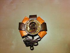 Broche fleurs en capsule nespresso marron, orange et or Broche en forme de fleurs réalisée en capsules nespresso.  Les pétales sont de couleurs marron et orange.  Le cœur es - 9027727