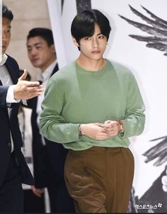 190730 Taehyung went to the VIP screening of The Divine Fury, Park Seo-joon's new movie V Taehyung, Daegu, Foto Bts, K Pop, Hau Due Mat Troi, Bts Blackpink, Jimin Jungkook, Park Seo Joon, Record Producer