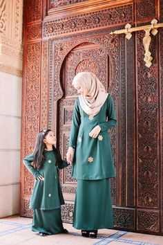 Malay Wedding Dress, Disney Wedding Dresses, Pakistani Wedding Dresses, Wedding Hijab, Dress Brokat, Dress Anak, Niqab Fashion, Street Hijab Fashion, Mother Daughter Fashion
