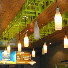 luminaria pendente com garrafas de vidro