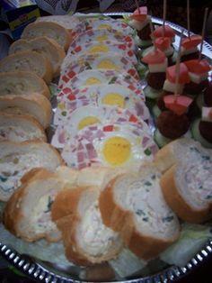 Receptbázis - Húsvéti vendégváró - 2 bagett,20 dkg krémsajt,10 dkg vaj,20 dkg főtt sonka,4 + 6 főtt tojás,zöldfűszerek,főtt zöldségek,majonéz, tejföl,zselatin, - fakanál segítségével,sajtkrémbe forgatok,sonkásba pedig,krémbe tojás,majonézt elkeverem,masszába teszem,hűtőbe rakom,bagetteket ízlésünk,, Töltött bagettek 2 bagettnek levágjuk a végét, egy fakanál segítségével kikaparjuk a belsejüket, majd elkészítjük a krémet. Kétfélét szoktam készíteni, tojásosat és sonkásat. A tojásosba 4 főtt… Jacque Pepin, Cold Dishes, Sushi, Sausage, Bacon, Food And Drink, Easter, Yummy Food, Favorite Recipes