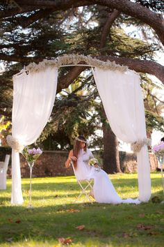 Décoration extérieure romantique - Arche avec guirlandes de gypsophile et voile blanc