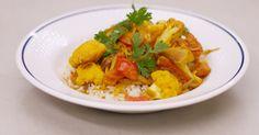 Jeroen heeft veel respect voor de Indiase keuken. Het is de ideale inspiratiebron om ideeën op te doen voor een smakelijke vegetarische keuken. Daarin hebben ze ginderachter veel ervaring. Jeroen zet een curry op het menu met heel veel groenten en een clubje van fijne specerijen met karakter. De wok is de ideale pan om deze bereiding te maken, en met een portie rijst erbij zet je een voedzame en vetarme maaltijd op de tafel met smaken die je doen wegdromen naar een exotische plek op…