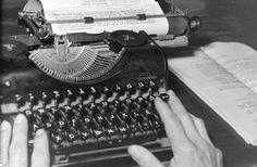 Tudtad, hogy régen a gépíróknak nagyon erős volt a kezük, és rövid a körmük? Typewriter, Electronics, Rain, Typewriters, Consumer Electronics
