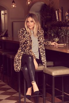 Take a look at the best faux leather leggings outfit in the photos below and get ideas for your outfits! This leather leggings outfit is so cute for fall or winter! Casual Winter Outfits, Fall Outfits, Fashion Outfits, Womens Fashion, Dinner Outfits, Office Outfits, Office Wear, Work Outfits, Club Outfits