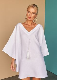 One style, two ways. This divine white linen pleated short kaftan gives you the option to wear as a dress or top. Fácil Blanco is proudly designed and tailored in Dubai from Italian linen. White Kaftan, Edgy Dress, Mini Dress With Sleeves, White Fashion, Fashion Top, Emo Fashion, Gothic Fashion, Fashion Women, Batwing Sleeve
