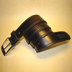 Классический авторский кожаный мужской ремень для уверенного в себе мужчины. Натуральная кожа класс люкс, безупречная пряжка - застежка свободно двигается; на ремне петелька, фиксирующая загибающуюся часть пояса. Изделие обработано и прошито крепким седельным швом вручную.Отличная идея для подар