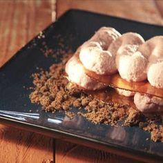 1/2 k de maduixots  200g de sucre blanc  5 fulls de gelatina  300 g de nata 35%  3 regalèssia de maduixa  1manat d'alfàbrega  1 llimona  3 cookies