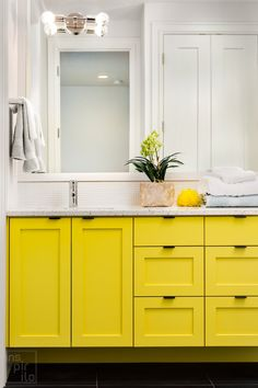 Explore these 25+ perfect paint colors for your bathroom/walls. Best bathroom paint color ideas and color schemes, neutral, gray, dark, blue, bright with the best design ever. #bathroom #bathroomcolors #paintcolorideas #homedecor Kitchen Cabinet Colors, Diy Kitchen Cabinets, Painting Kitchen Cabinets, Kitchen Decor, Kitchen Colors, Kitchen Design, Fresco, Best Bathroom Paint Colors, Boho Bathroom